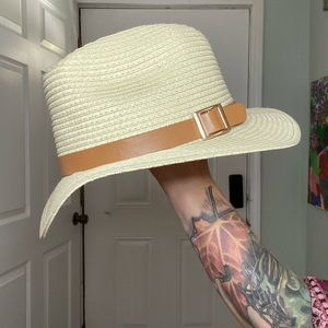 One size natural tan hat with buckle